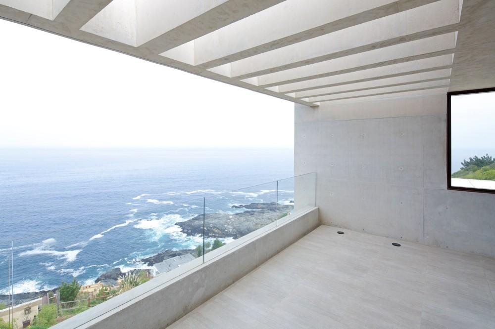 House MO in Valparaíso by Gonzalo Mardones Viviani Arquitecto