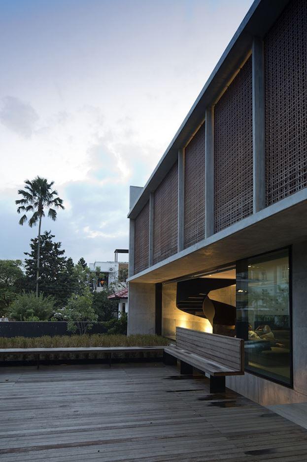 Courtyard House in Tanah Merah, Singapore by formwerkz