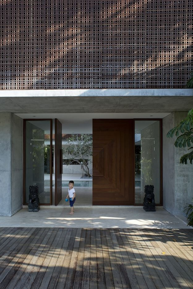 Courtyard House in Tanah Merah, Singapore by formwerkz